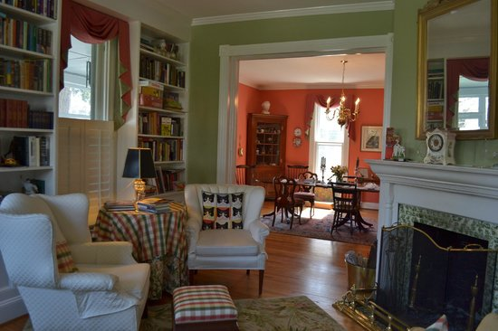 Mill Street Inn: Living / breakfast rooms