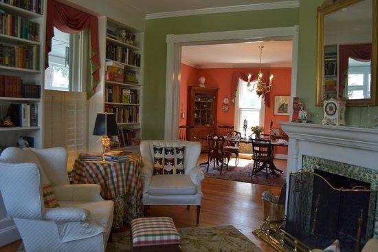 Mill Street Inn: Living / breakfast rooms