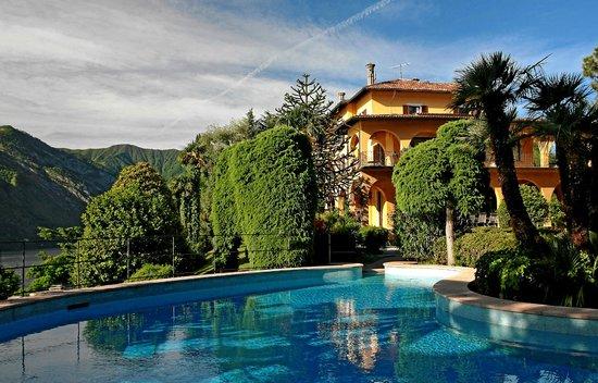 Villa La Collina : Pool und historische Villa