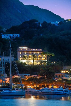 Gran Paradiso Hotel: Hotel : vue extérieure de nuit