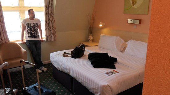 The Norfolk Hotel: Big room and bed