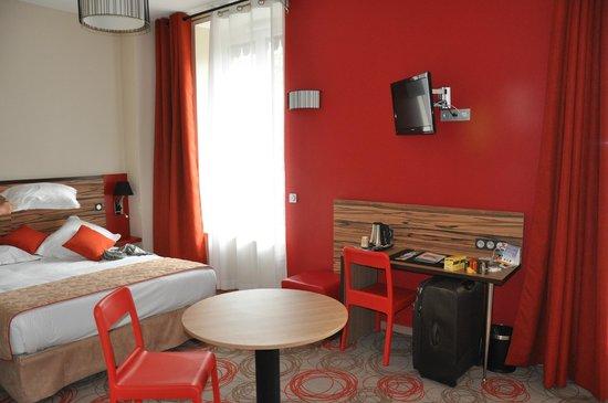 Quality Suites Lyon Confluence : letto matrimoniale e scrivania