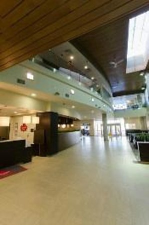 Canad Inns Destination Centre Health Sciences Centre: Hotel Lobby