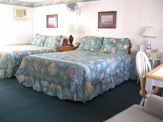 A Beach Breeze Inn : Our charming 2 queen bed room.
