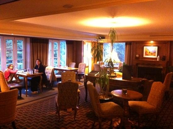 Fairmont Chateau Whistler Resort: gold lounge