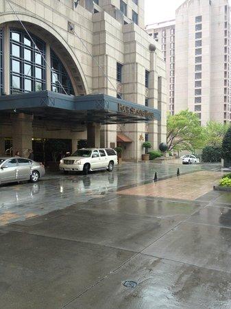Four Seasons Hotel Atlanta: Front of Hotel