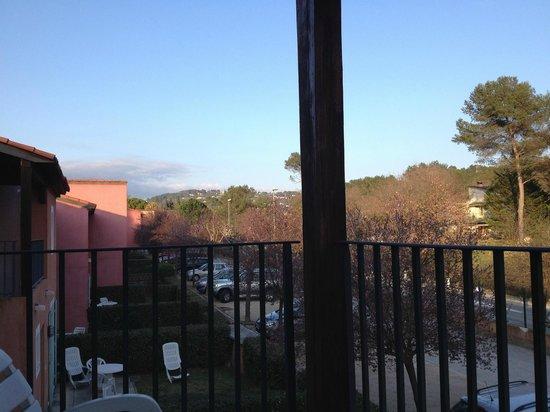 """Adonis Mouans Sartoux : Pour chaque """"villa"""", un petit jardinet privatif + une terrasse à l'étage. Parking devant la mais"""