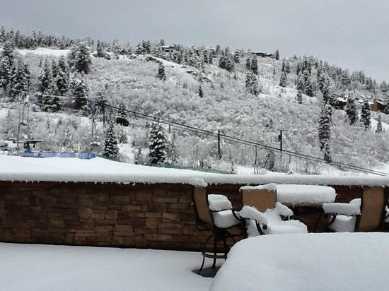 Black Diamond Lodge: April 2nd snow fall on our deck!  Amazing day on the slopes for April.