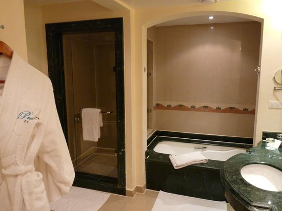 salle de bain photo de premier le reve hotel spa hurghada tripadvisor. Black Bedroom Furniture Sets. Home Design Ideas