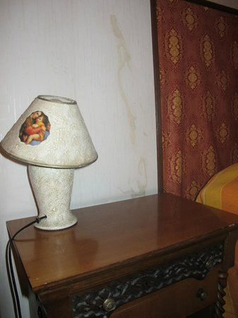 Albatros Vittoria Vaticano: Old lamp and humidity on the wall