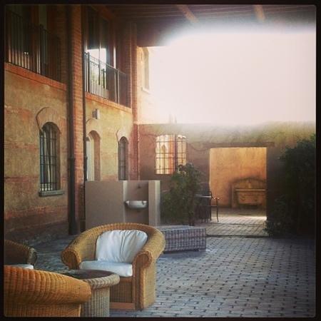 Santellone Resort: portico sul retro