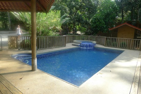 B and J Cabins: piscina