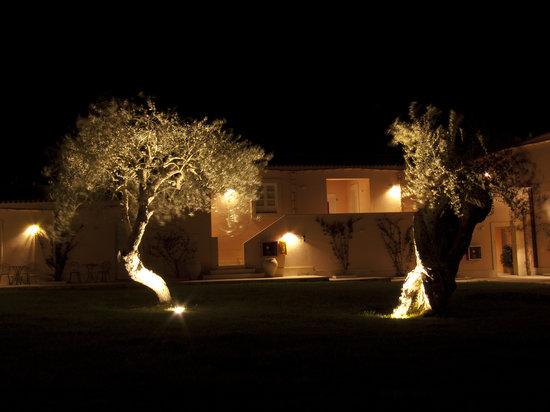 Masseria degli Ulivi: Bungalows bei Nacht