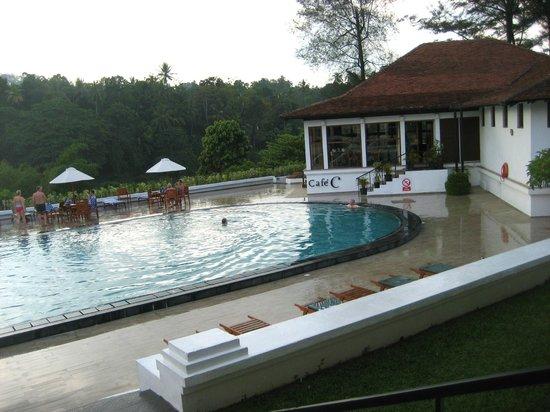Cinnamon Citadel Kandy: la piscina con lo sfondo del fiume