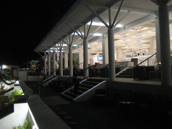 Cinnamon Citadel Kandy: l'accesso alla hall dalla piscina