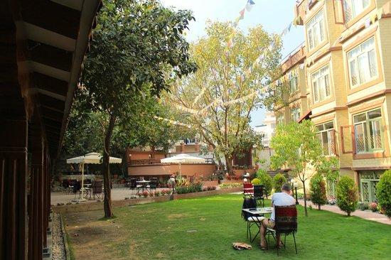 Shambaling Boutique Hotel: Garden & restaurant