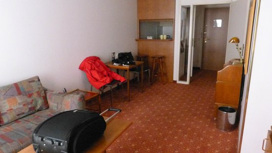 Derag Livinghotel Nurnberg: Zimmer, Blick Richtung Küche