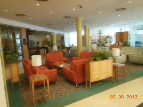Holiday Inn Brno: Main entry sitting area