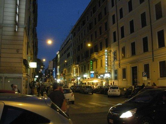 Hotel Contilia: Vista nocturna de la calle del hotel