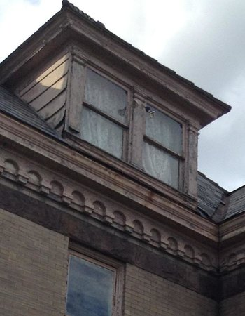 Castle Inn Bed and Breakfast: Rotted window frames