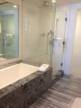 Fairmont Pacific Rim: Bathroom