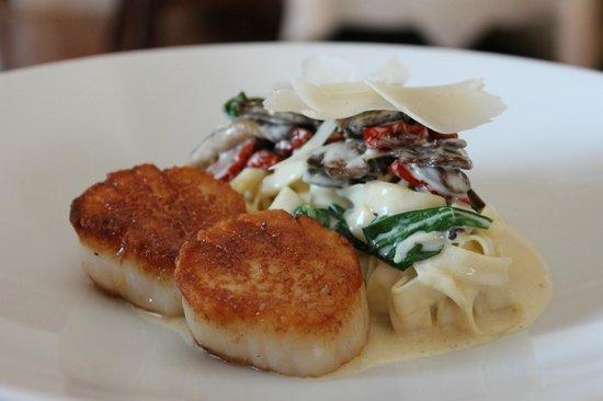 Hob Nob Restaurant: Pan Seared Scallops & Tagliatelle