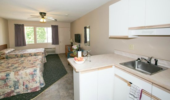Bowmont Motel: Comfortable rooms with kitchens and 2 queen beds