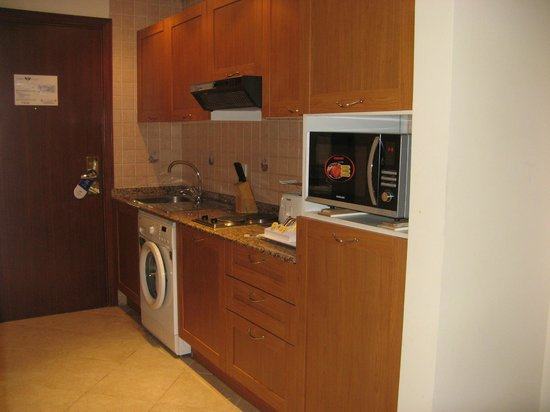 Belvedere Court Hotel Apartments: Kitchenette in entry