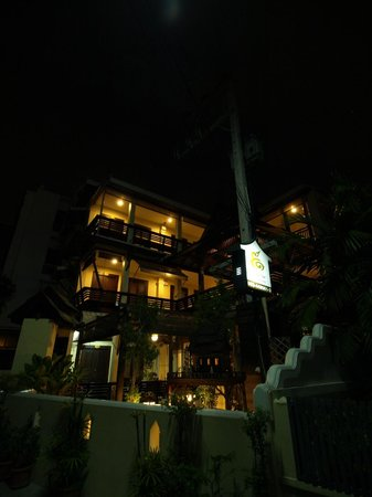 Na Thapae Hotel: nightview from Soi 6