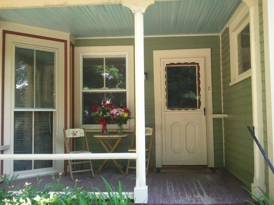 Landmark Inn: The porch and private entrance to Room 2
