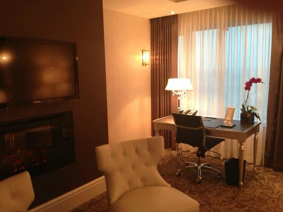 The Adelaide Hotel, Toronto: living room in our suite