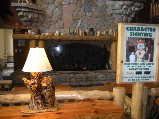 Great Wolf Lodge: lobby fireplace
