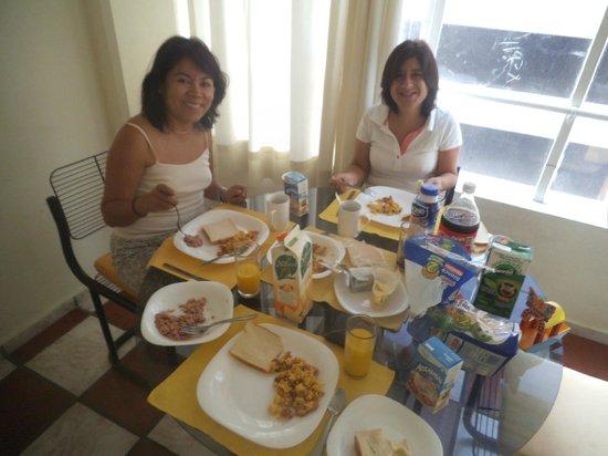 Apartamentos-Hotel Avilla : Desayunando en nuestra habitación nuestra comida