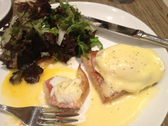 MileNorth Hotel: Eggs Benedict at the hotel restaurant - delicious!