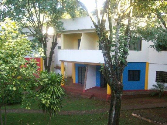 Iguassu Holiday Hotel: Patio donde se encuentra la pileta y mucha vegetacion