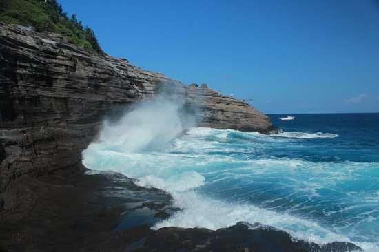 "Spitting Cave of Portlock : The cave ""spitting"" a torrent of water"