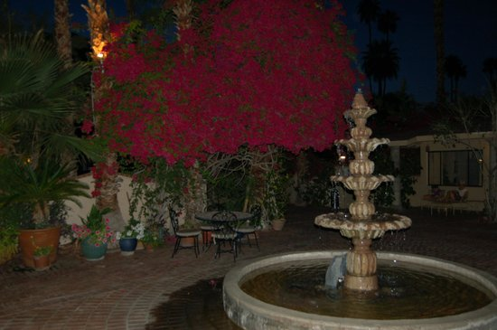 Villa Royale Inn: courtyard fountain photo
