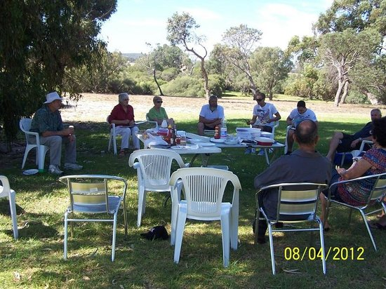 Brookside Budget Accomodation & Chalets: Our family enjoying lunch under the shady trees at Brookside