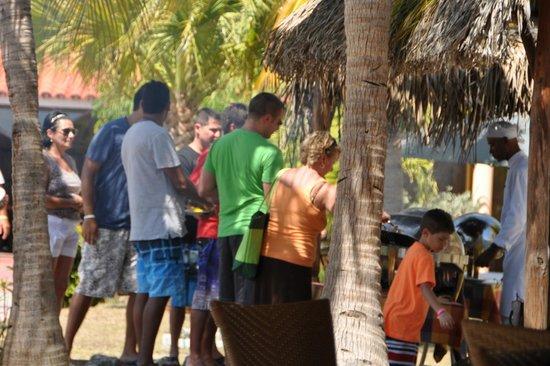Hotel Pelicano: barbecue au bord de la piscine