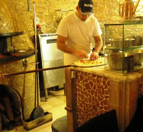 Pizzeria Mediterranea : Made by hand