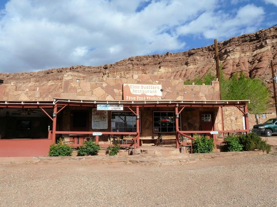 Cliff Dwellers Lodge: Outside of Restaurant