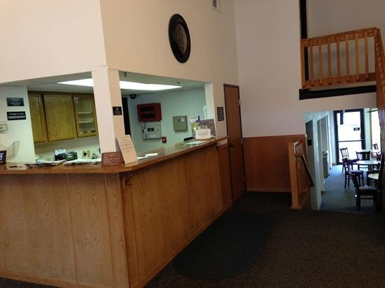 Super 8 Omaha/West Dodge: front desk