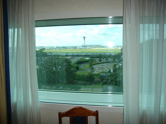 Heathrow Hotel Bath Road: view of Heathrow airport runway from room