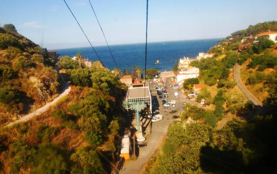 Hotel Residence Circe: Funivia from Taormina town to the beach