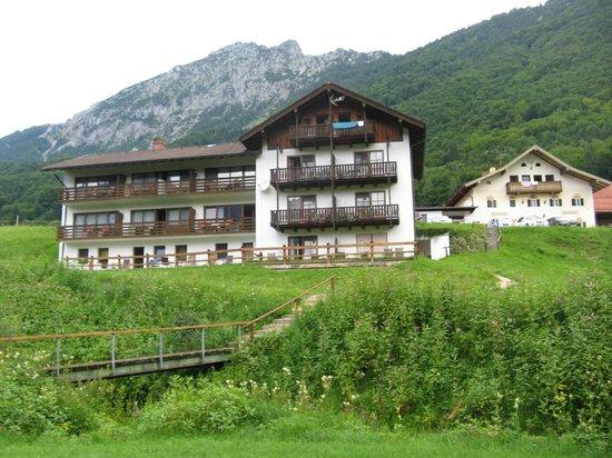 Hotel Gablerhof: Вид на отель со стороны озера