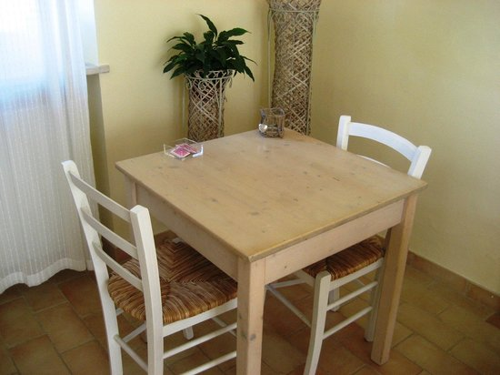 Le Stanze di Carlotta: Sala Colazione: un tavolino