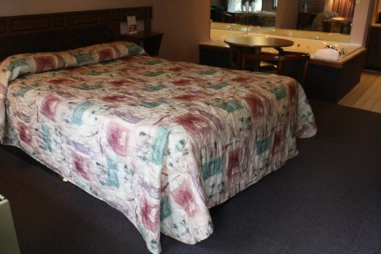 Budget Host Inn Circleville : Queen Jacuzzi Guest Room