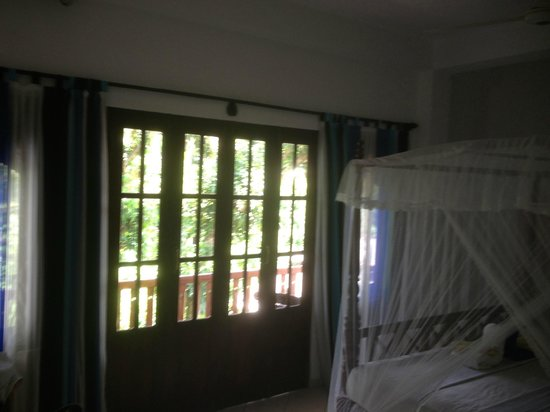 Unawatuna Nor Lanka Hotel : helles Zimmer mit Balkon