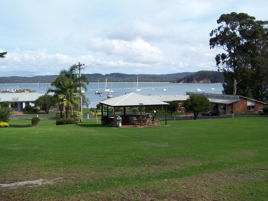 Quarantine Bay Beach Cottages: BBQ pavilion and gardens