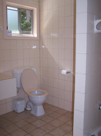 Quarantine Bay Beach Cottages: Toilet